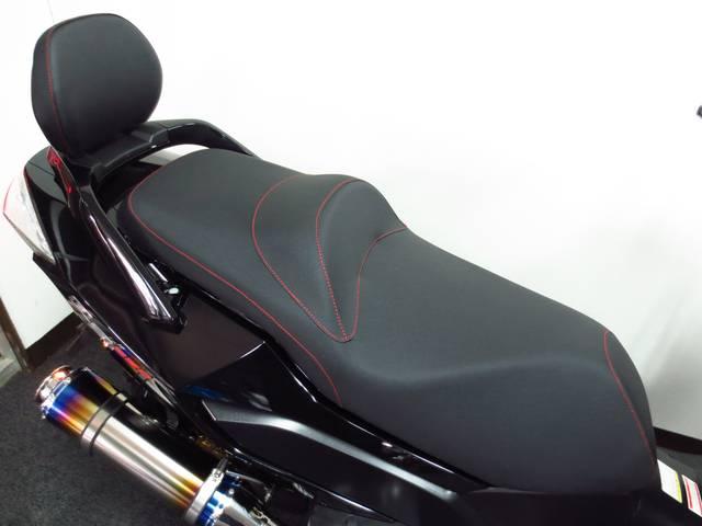 大型のダブルシートを採用 バックレストも標準装備