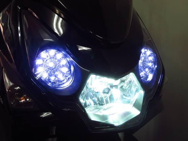 タイガーアイと呼ばれる2連リング式のLEDポジションランプ 別途オプションであるHIDヘッドライト