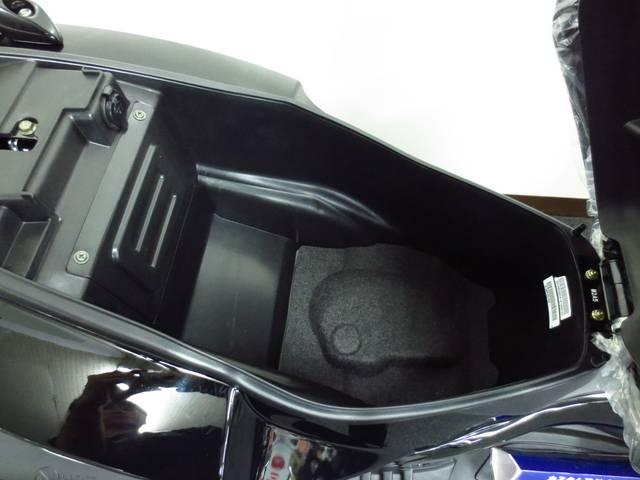 シガーライターソケットも新採用になり 先代モデルよりも 広くなったメットインスペース