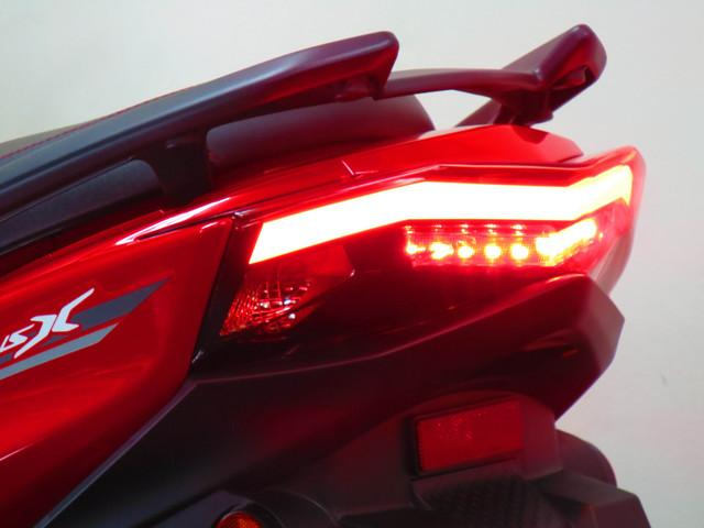 ●LEDとともに、光の方向を制御し効率を高める導光材料を新採用しデザイン性を高めました。●