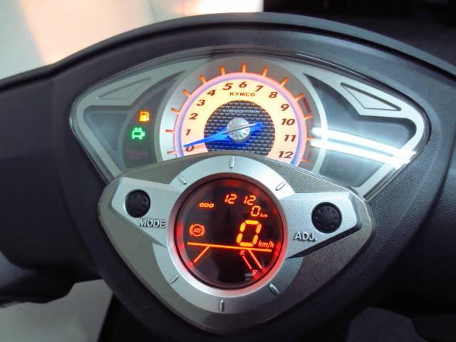 タコメーターを装備したスポーツライクなデザインの デジタルスピードメーターには自己診断機能も装備