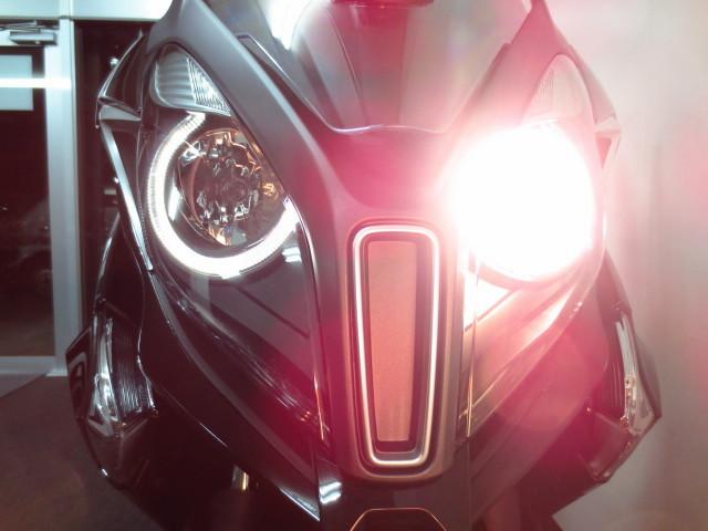 ●左右ハイロー切り替え式の明るいハロゲンヘッドライトには円形のLEDポジションランプも装備●