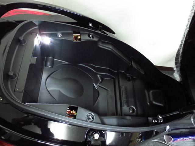 ●フルフェイスヘルメット2個を収納しても余裕のある容量、LEDランプも標準装備●