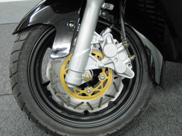 ●安全性の高い 前後連動式のコンビネーションブレーキを採用しております●