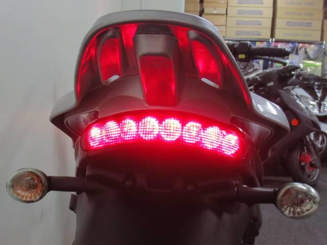 ●スタイリッシュな 横 8連式の LEDテールランプ●