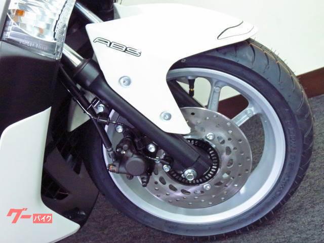 急なブレーキでも 安全性の高い ABS(アンチ ロック ブレーキ システム)を標準装備 ◇