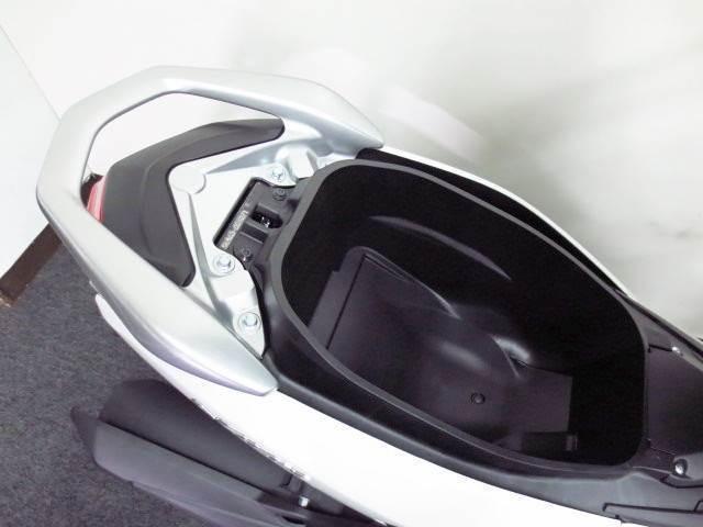 ◇ フルフェイス ヘルメットが入る 24リットルのメットインスペース ◇