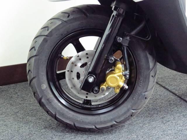 ●JOG−DXは専用のアルミホイールに フロントディスクブレーキを装備しております●