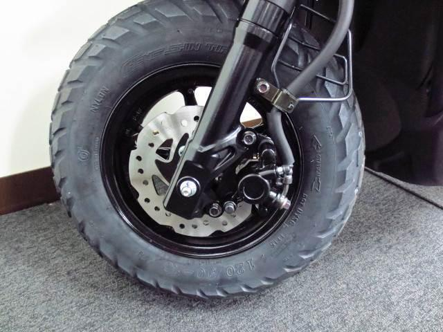 ●前後のタイヤは 10インチサイズの極太オフロードタイヤを採用しております●