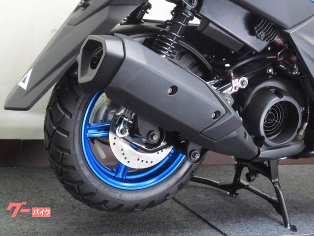 ●リヤディスクブレーキを新たに採用、存在感、タフネス感を醸し出す幅広ブロックタイヤを装備●