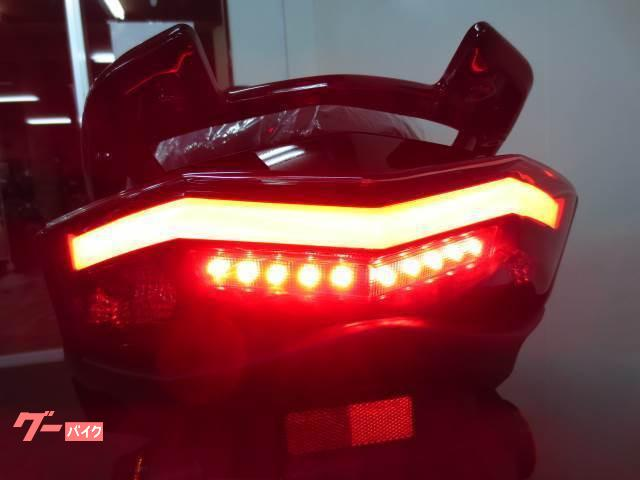 ●LEDとともに、光の方向を制御し効率を高める導光材料を新採用●
