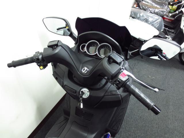 自己診断機能を装備したタコメーター付のスピードメーター スモークタイプのショートスクリーンを装備