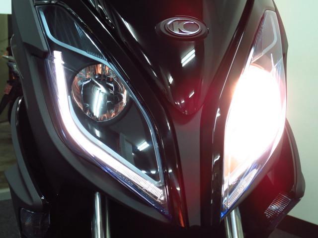 左右ハイロー切り替え式の明るいハロゲンヘッドライトにはディライトタイプのLEDポジションランプも装備