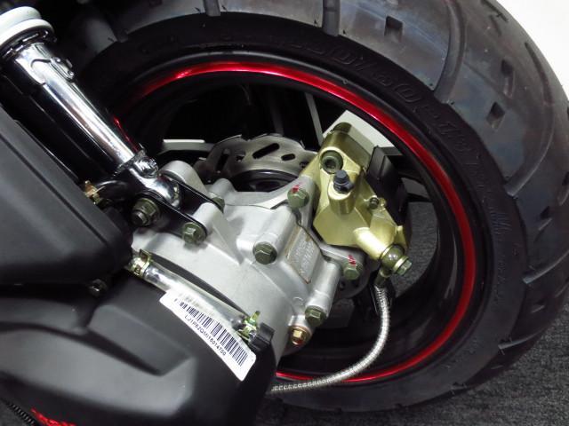 ● リヤもディスクブレーキを採用 ● タイヤサイズは 130・60・13 ●
