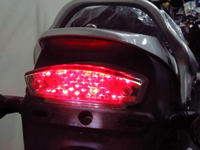 ● 後続車からの視認性に優れた LEDテールランプ付です ●