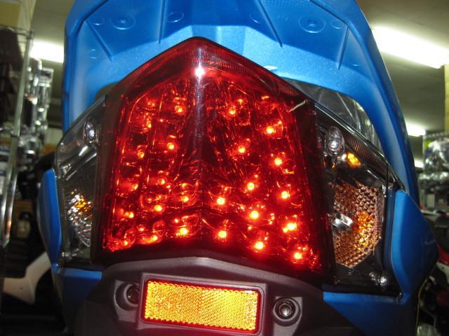 ● 後続車からの 視認性に優れた LEDテールランプ ●