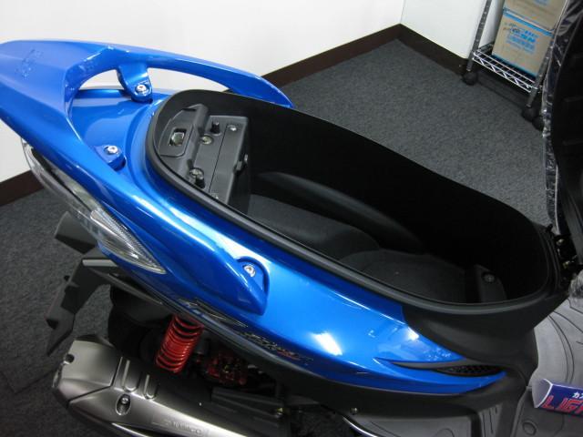 ● フルフェイスヘルメットが余裕で入るメットインスペース ●