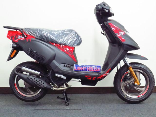 ●125ccクラス並みの 大柄のボディに パワフルな 規制前の 2サイクル50ccエンジンを搭載●