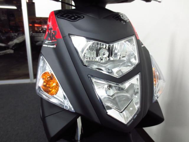 縦2灯式のヘッドライト&ハザード機能付きです