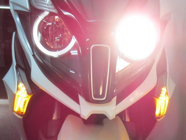 左右ハイロー切り替え式の明るいハロゲンヘッドライトには円形のLEDポジションランプも装備