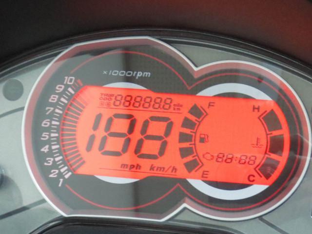 ●タコメーターを装備したスポーツライクなデザインの デジタルスピードメーターには自己診断機能も装備●
