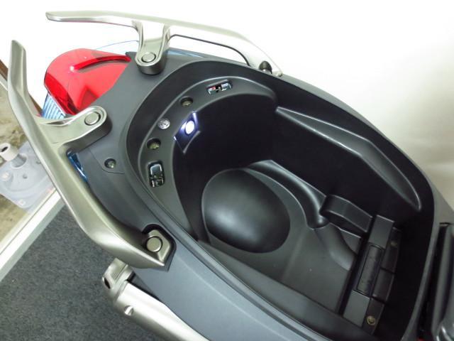 ●フルフェイスヘルメットが余裕で入るメットインスペース●