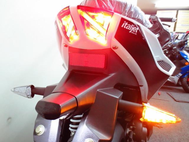 ●後続車からの視認性に優れた安全性の高い LED式のテールランプを採用●