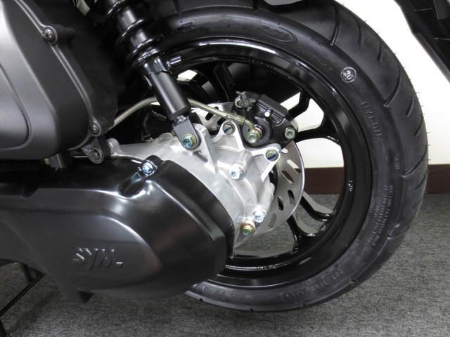 ◇ 130ミリのリヤディスクブレーキを採用 ◇ タイヤサイズは 110/80−14