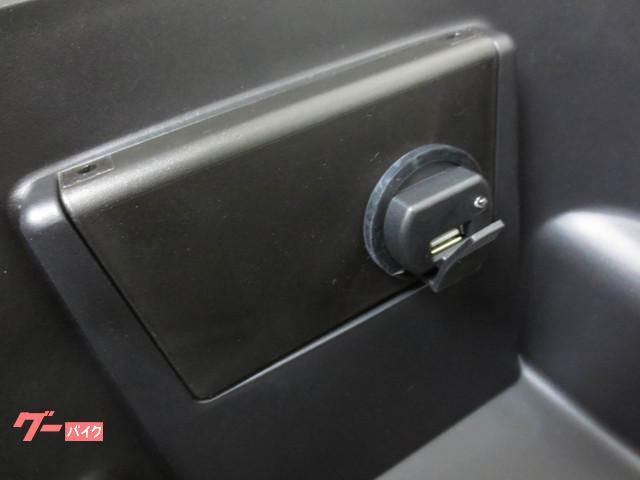 ●メットイン内には 便利はUSBハブも標準装備