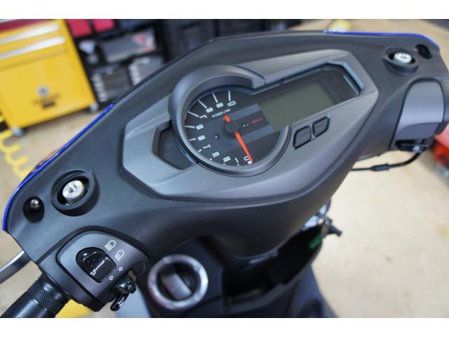 デジタルスピードメーター(タコメーターや時計も装備)