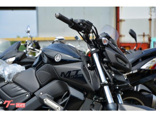 印象の強いLEDヘッドライトは左右二眼ポジションライト+センタープロジェクターという独創的なデザイン