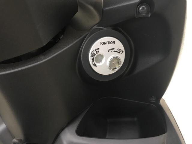 *メインキー操作でシート開錠でき鍵穴にフタをするシャッターキー装備