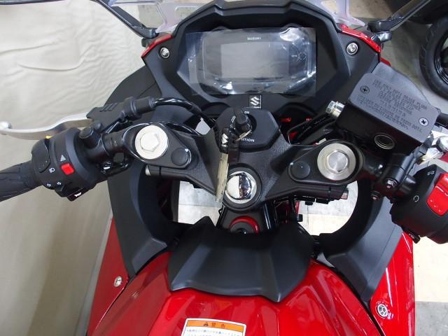 セパレートタイプハンドルで快適なライディングポジションを維持できるよう設計されています