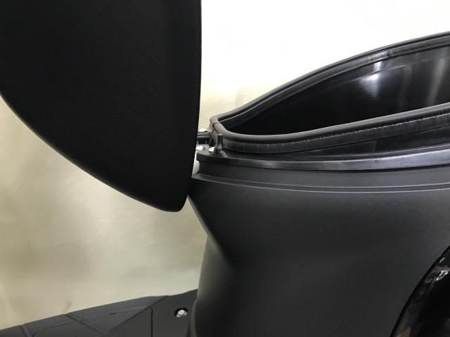 *荷物が多くヘルメットがシート下に入らない場合はヘルメットフックにヒモを掛けられます