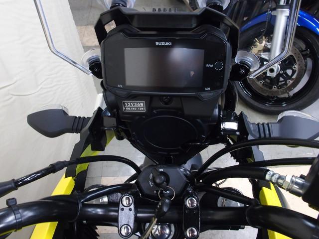 *デジタル多機能メーター搭載でメーター右側にDC12V電源ソケット付