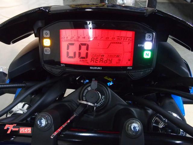 *デジタル多機能メーターで中央液晶部にはギヤインジケーター付(何速にギヤが入っているか表示されます)