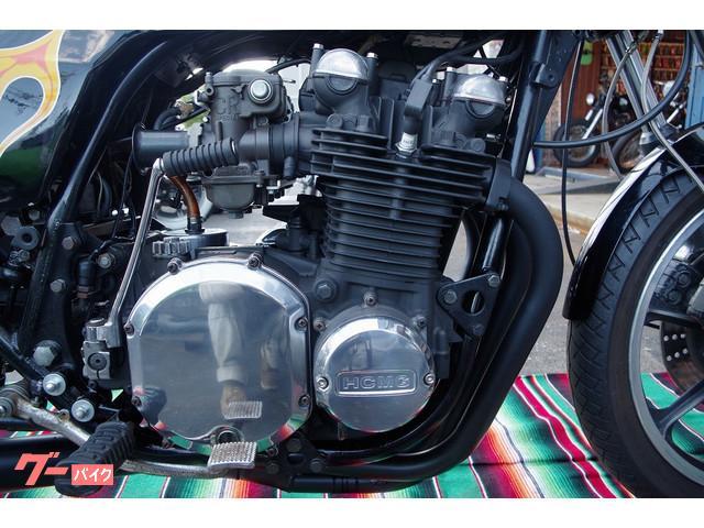 エンジンは耐熱塗装でブラックアウト。
