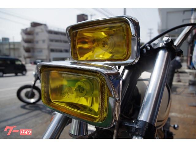 デッドストックの2連ヘッドライト。ハイ・ロー切り替え可能。