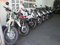 店内には原付〜大型バイクまでの新車や中古バイクがあります!人気の新車スクーター、中古スクーターはもちろん、ネイキッドやアメリカンなど幅広く揃えているので、近所への足に使うバイクから、あこがれのあの1台まで、欲しい車種を見つけられるお店作りを目指しています。