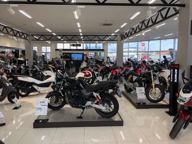 店内には大型車含め、多くのバイクをずらりと取り揃えております。バイク好きにはたまりません!!