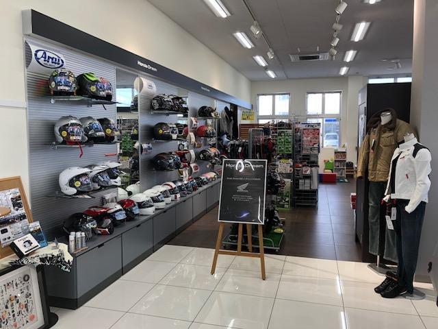 ラインディングウェア、ズボン、ヘルメット、グローブ等の用品も多数取り揃えてます。