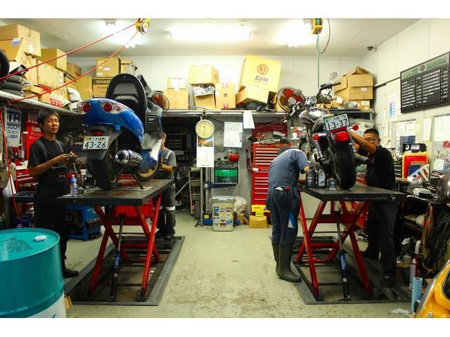 沖縄県陸運局認証工場完備(認証番号1438号)でお客様の愛車も安心・安全・快適、整備。