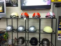 当店ではバイクに必要なヘルメットや、カスタムパーツも各種とり揃えております。お近くにお寄りの際は遊びに来てください♪