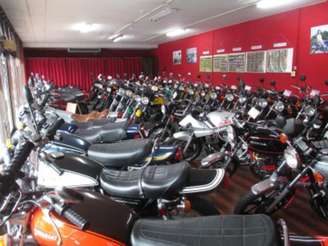 店内ショールームには往年の名車を多数展示!総在庫50台以上の絶版車が御座います。
