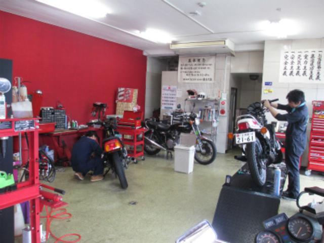 整備工場を完備、熟練整備士がお客様の愛車を心をこめて大切に整備いたします。