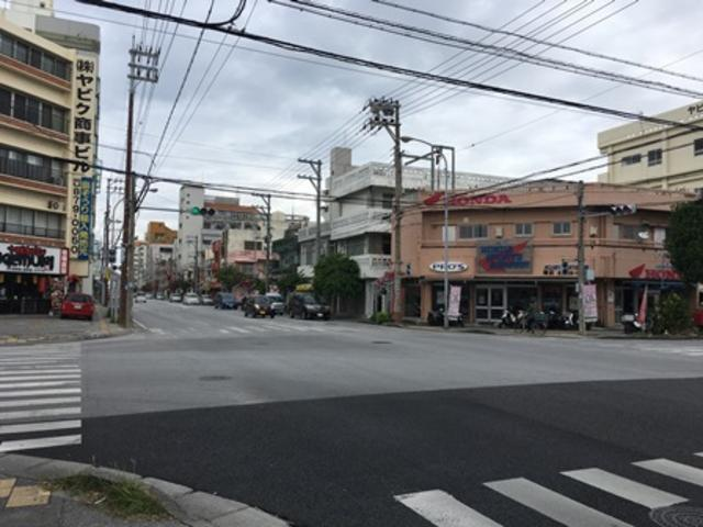 並之上臨港道路を若狭側から浦添方面に向かってこの交差点です!!