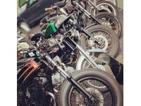 店頭には50CCバイクから大型バイクまで、排気量問わずジャンルレスなカスタムバイクをご用意しております。客様のご要望に限りなくお答えできるよう日々心掛けております。是非1度東京マガジンモータースに遊びに来てください。