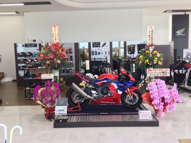 店内正面には一押し車両がお出迎え。大型バイクを中心に多数取り揃えております。