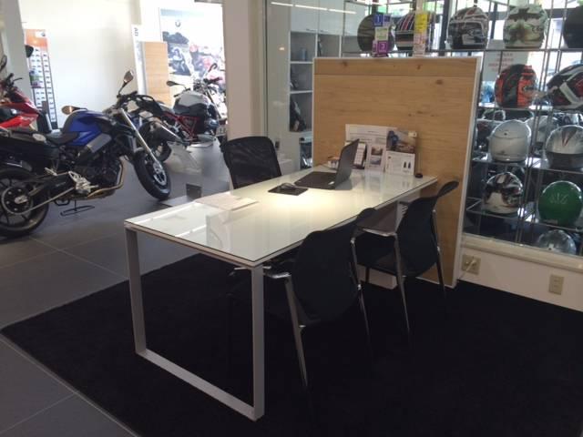 真新しい商談テーブルです。お客様にベストなご提案をさせて頂きます。