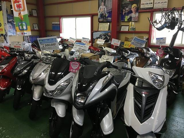 店内には新車がずらり!きっとあなたにぴったりなスクーターに出会えるはず!!